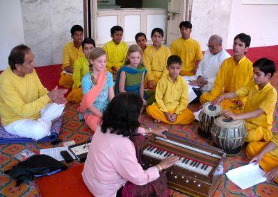 Hasu-Patel-Teaching-Rishikumars-in-India-1500px-web